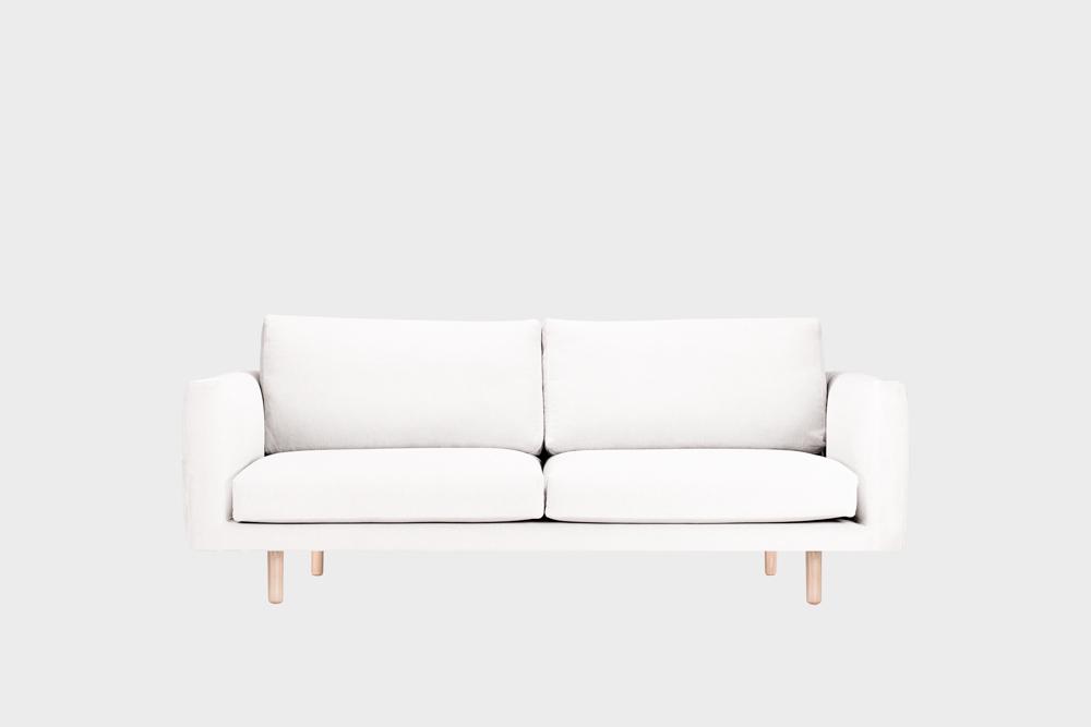 Cosy Pocket -sohva luonnonvalkoisella Soft-kankaalla ja koivujalalla.