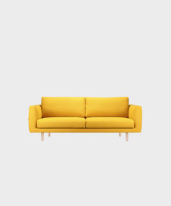 Cosy Pocket -sohva sahramin värisellä Hallingdal-kankaalla ja koivujalalla.