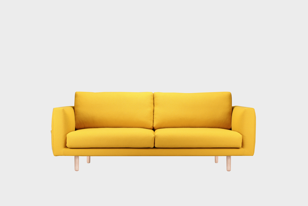 Cosy Pocket Wool -sohva sahramin värisellä Halingdal-kankaalla ja koivujalalla.