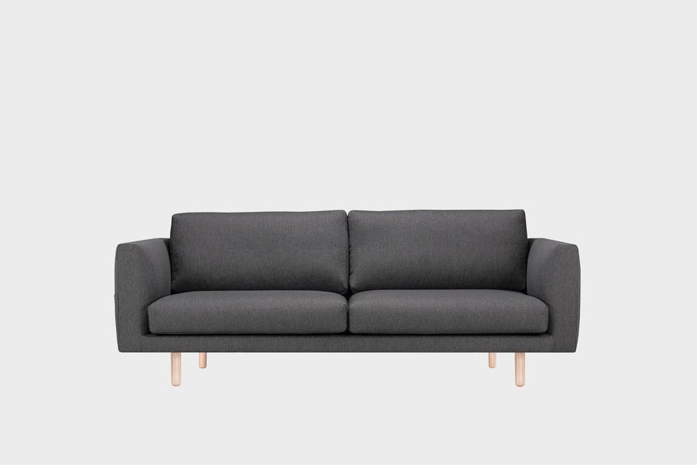 Cosy Pocket -sohva tummanharmaalla Florist-kankaalla ja koivujalalla.