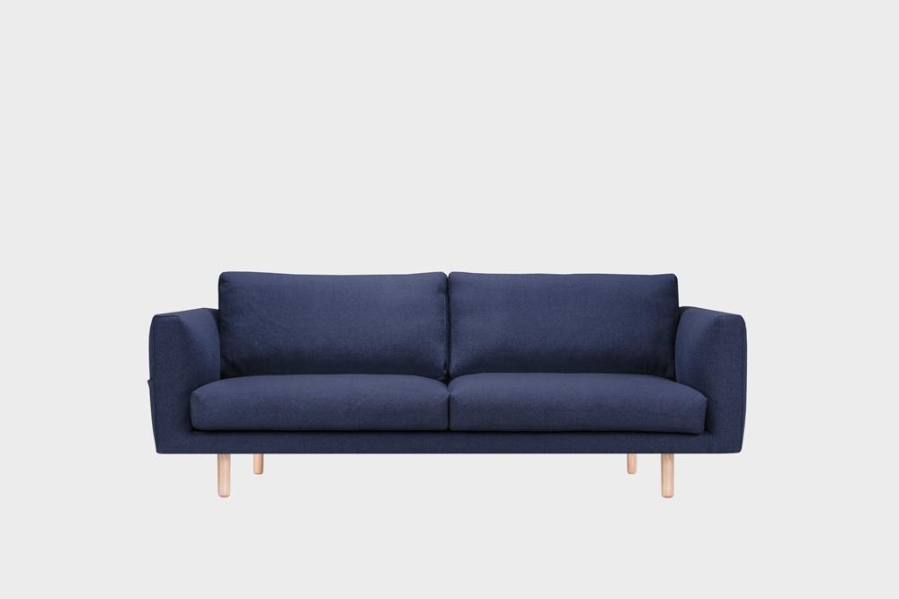 Cosy Pocket Wool -sohva tummansinisellä Halingdal-kankaalla ja koivujalalla.