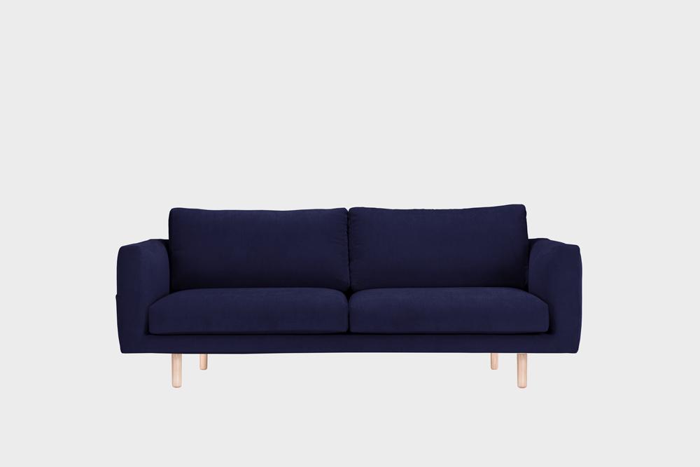 Cosy Pocket -sohva tummansinisellä Soft-kankaalla ja koivujalalla.