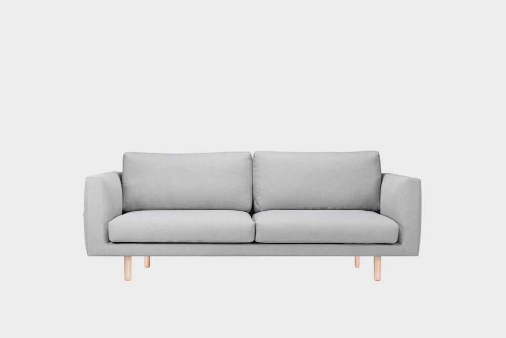 Cosy Pocket -sohva vaaleanharmaalla Florist-kankaalla ja koivujalalla.