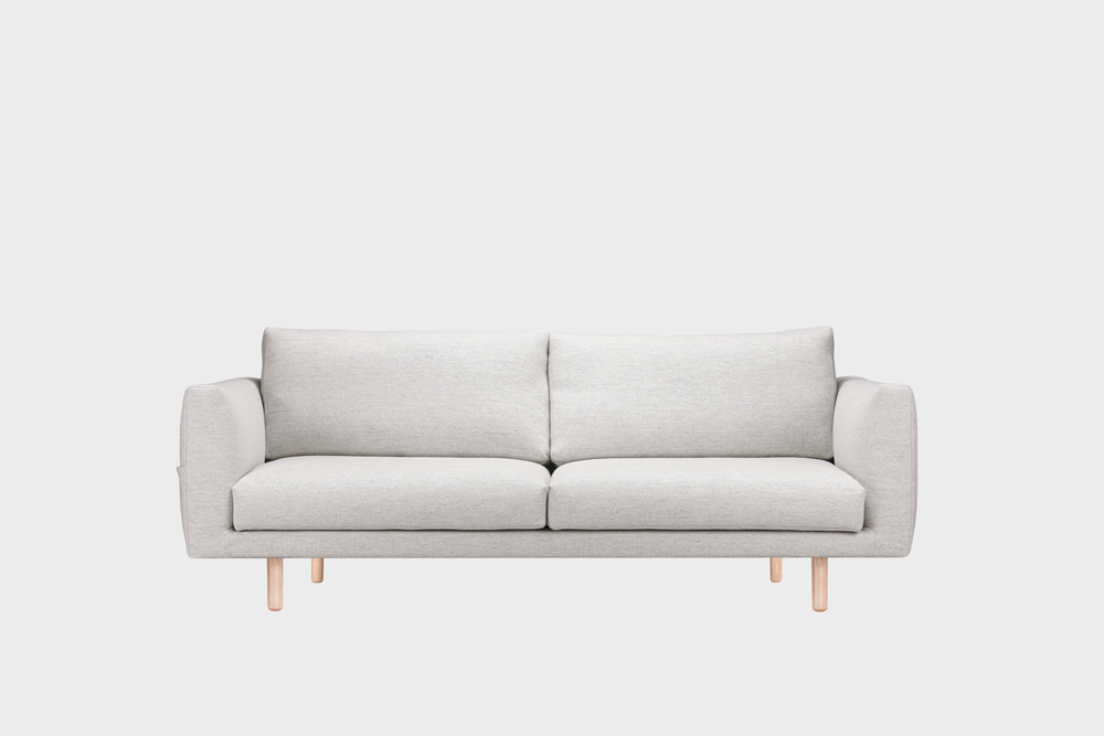 Cosy Pocket Wool -sohva vaaleanharmaalla Halingdal-kankaalla ja koivujalalla.