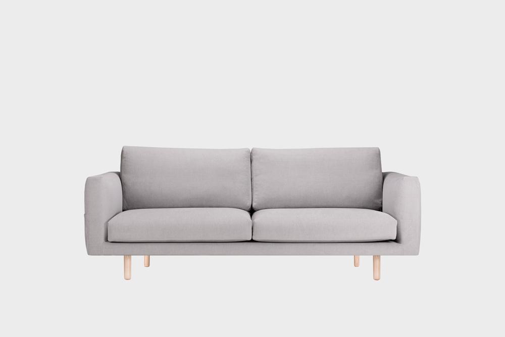 Cosy Pocket -sohva vaaleanharmaalla Soft-kankaalla ja koivujalalla.