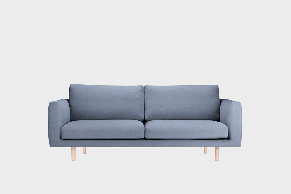 Cosy Pocket -sohva vaaleansinisellä Soft-kankaalla ja koivujalalla.