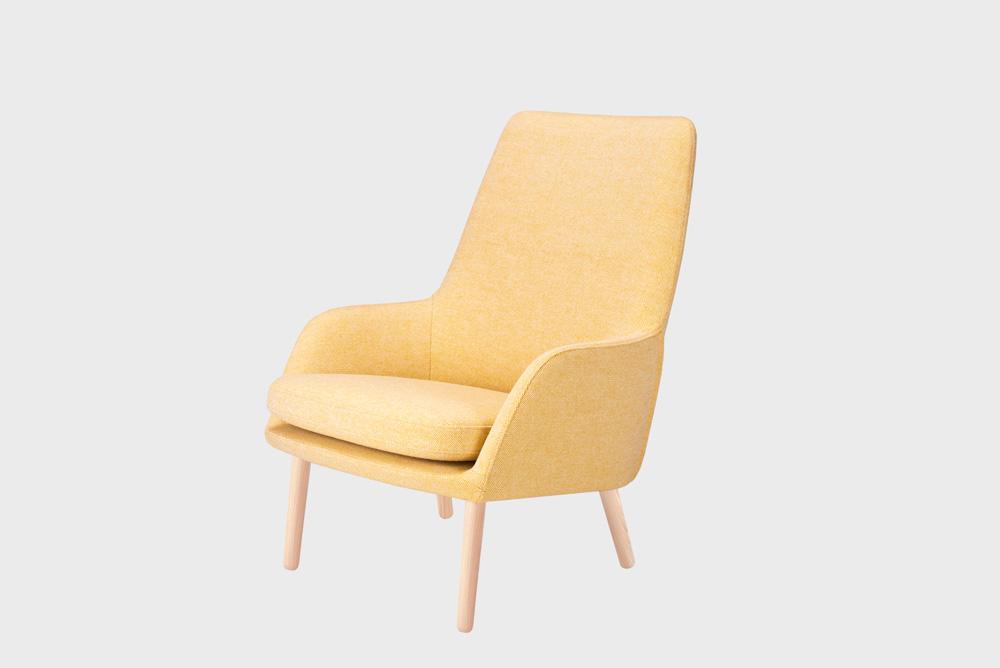 Day-nojatuoli vaaleankeltaisella Hallingdal-kankaalla ja koivujalalla.