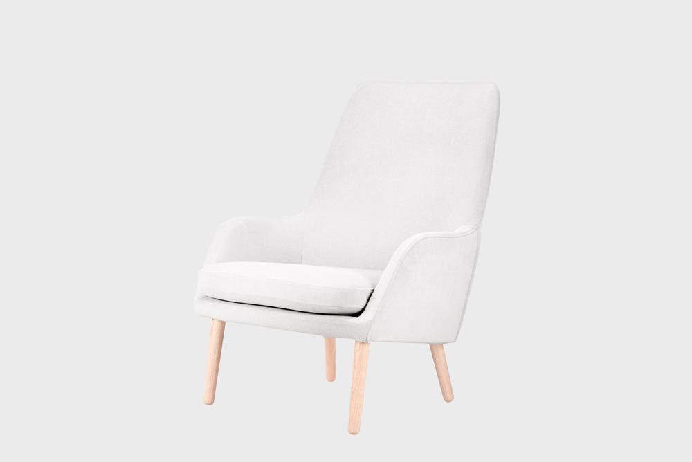 Day-nojatuoli luonnonvalkoisella Soft-kankaalla ja koivujalalla.