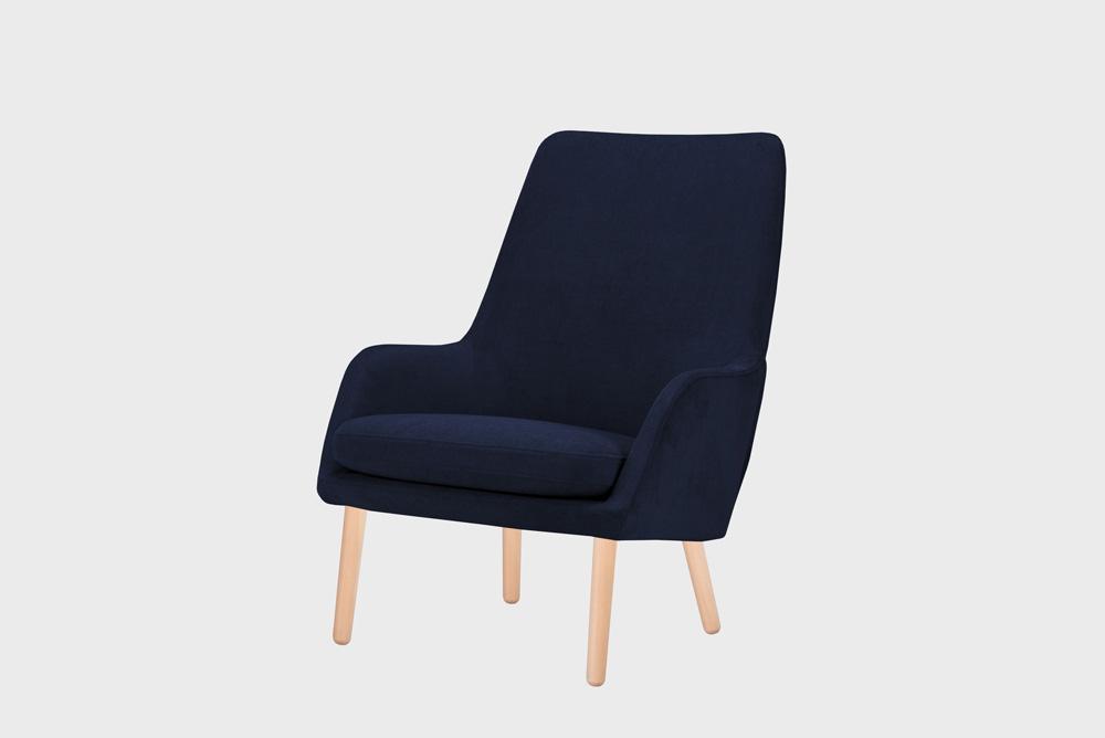 Day-nojatuoli tummansinisellä Soft-kankaalla ja koivujalalla.