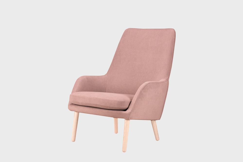 Day-nojatuoli vaaleanpunaisella Soft-kankaalla ja koivujalalla.
