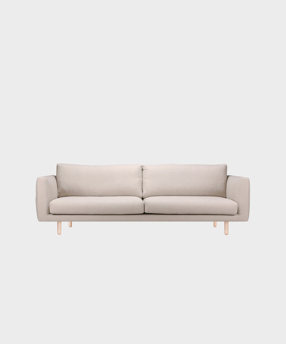 Iso Cosy Pocket -sohva hiekan värisellä Florist-kankaalla ja koivujalalla.