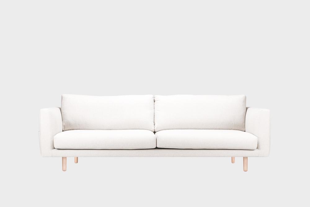 Iso Cosy Pocket -sohva kitin värisellä Florist-kankaalla ja koivujalalla.