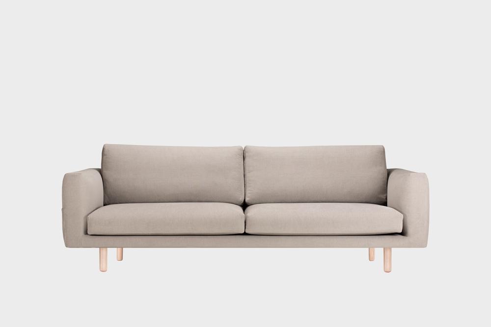 Iso Cosy Pocket -sohva laten värisellä Soft-kankaalla ja koivujalalla.