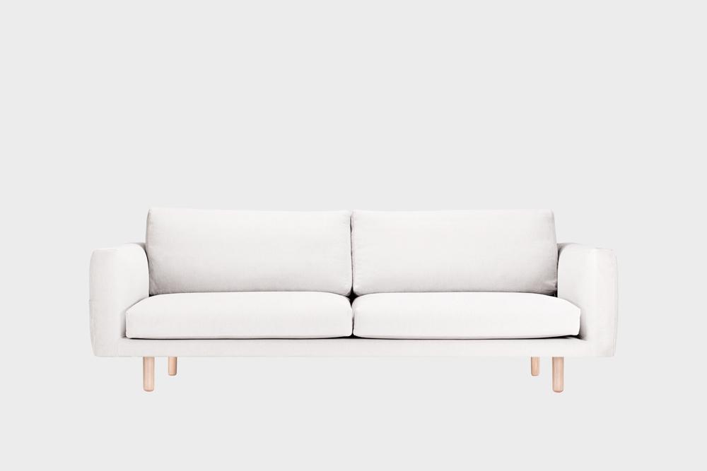 Iso Cosy Pocket -sohva luonnonvalkoisella Soft-kankaalla ja koivujalalla.