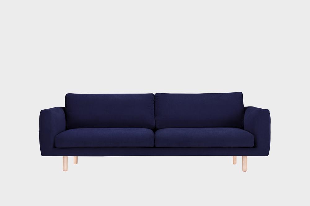 Iso Cosy Pocket -sohva tummansinisellä Soft-kankaalla ja koivujalalla.