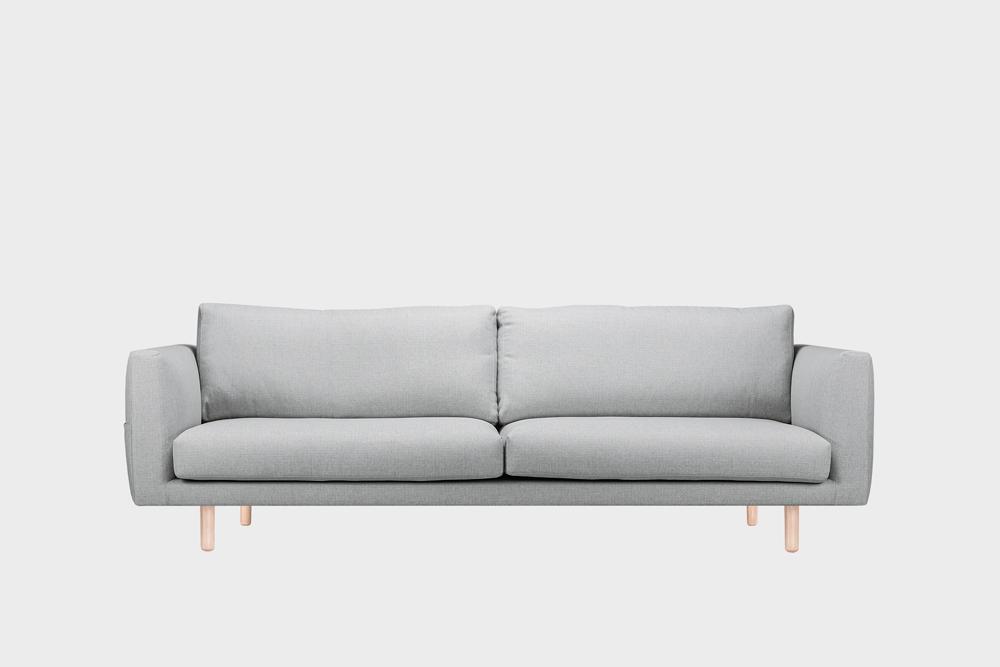 Iso Cosy Pocket -sohva vaaleanharmaalla Florist-kankaalla ja koivujalalla.