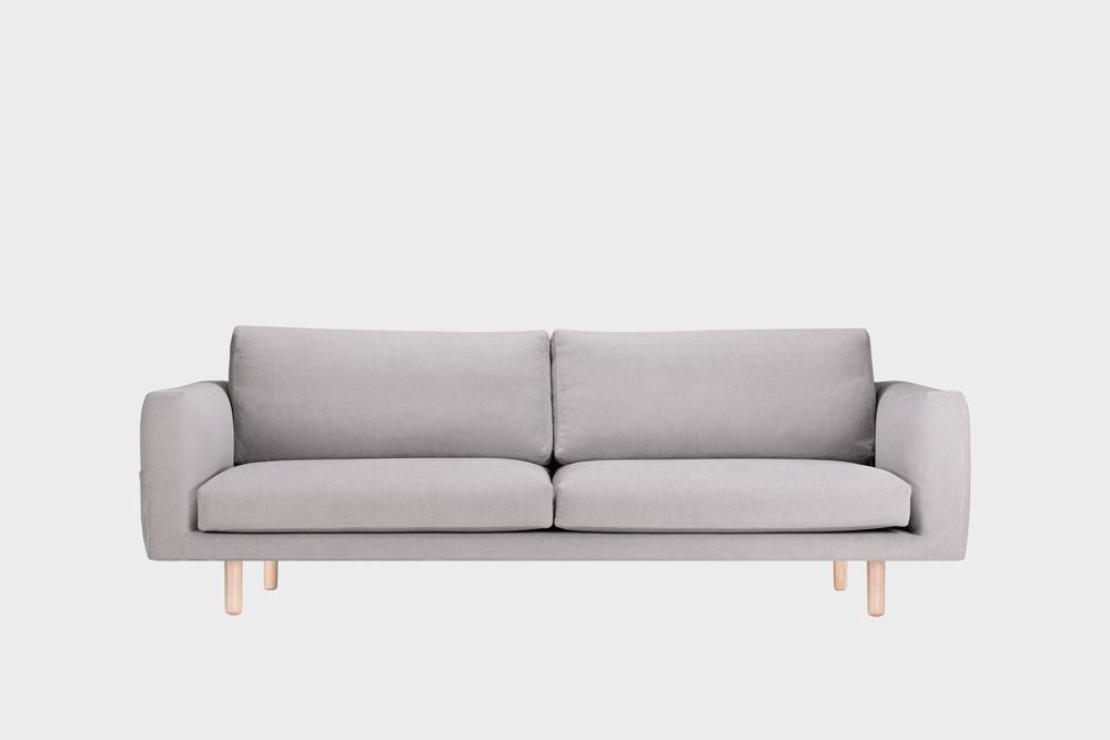 Iso Cosy Pocket -sohva vaaleanharmaalla Soft-kankaalla ja koivujalalla.