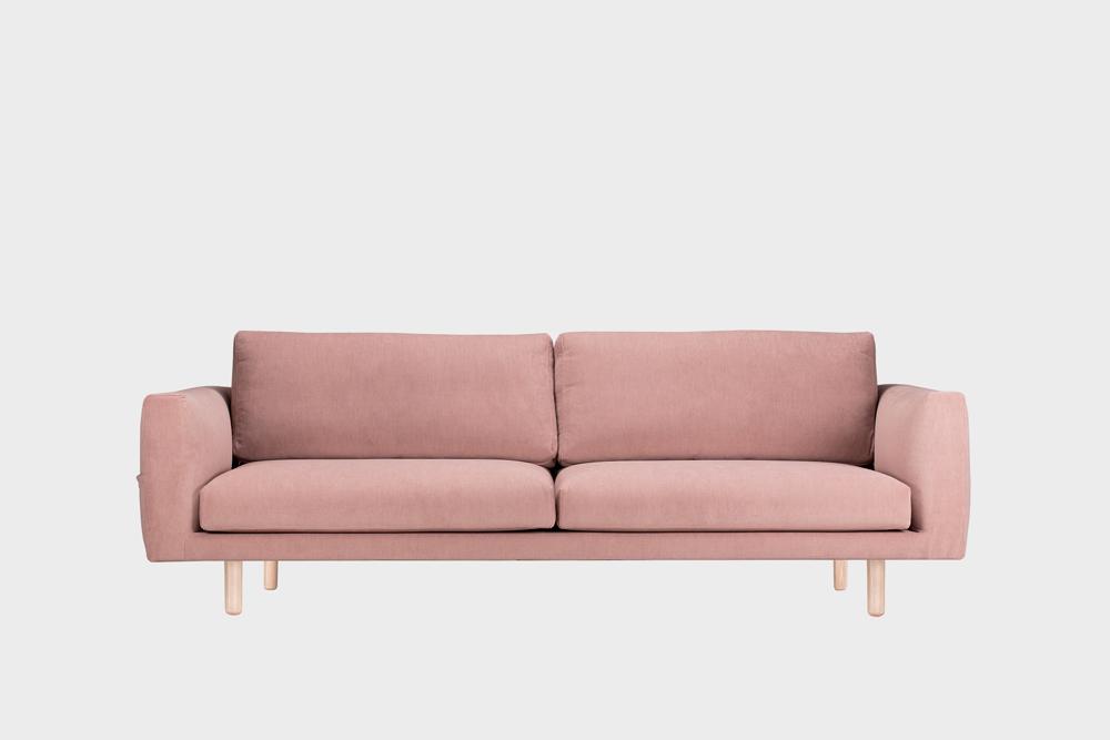 Iso Cosy Pocket -sohva vaaleanpunaisella Soft-kankaalla ja koivujalalla.