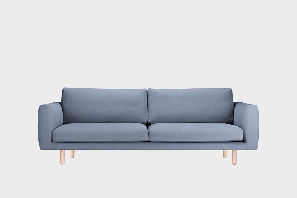 Iso Cosy Pocket -sohva vaaleansinisellä Soft-kankaalla ja koivujalalla.