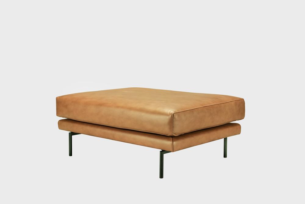 Lazy Fine Leather -rahi konjakin värisellä nahalla ja metallijaloilla.