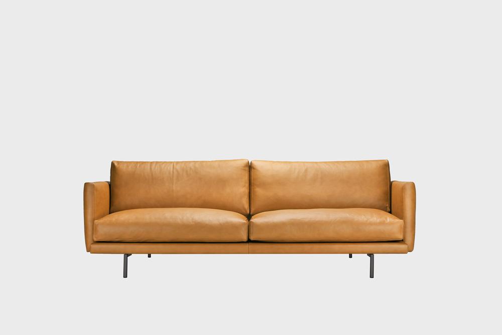 Kolmenistuttava Lazy Fine Leather -nahkasohva konjakin värisellä nahalla ja metallijaloilla.