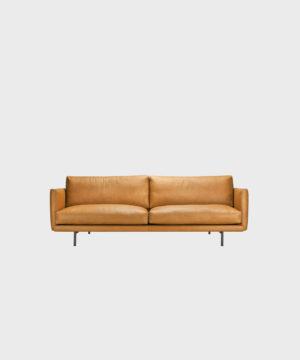 Lazy Fine Leather -sohva konjakin värisellä nahalla ja metallijalalla.