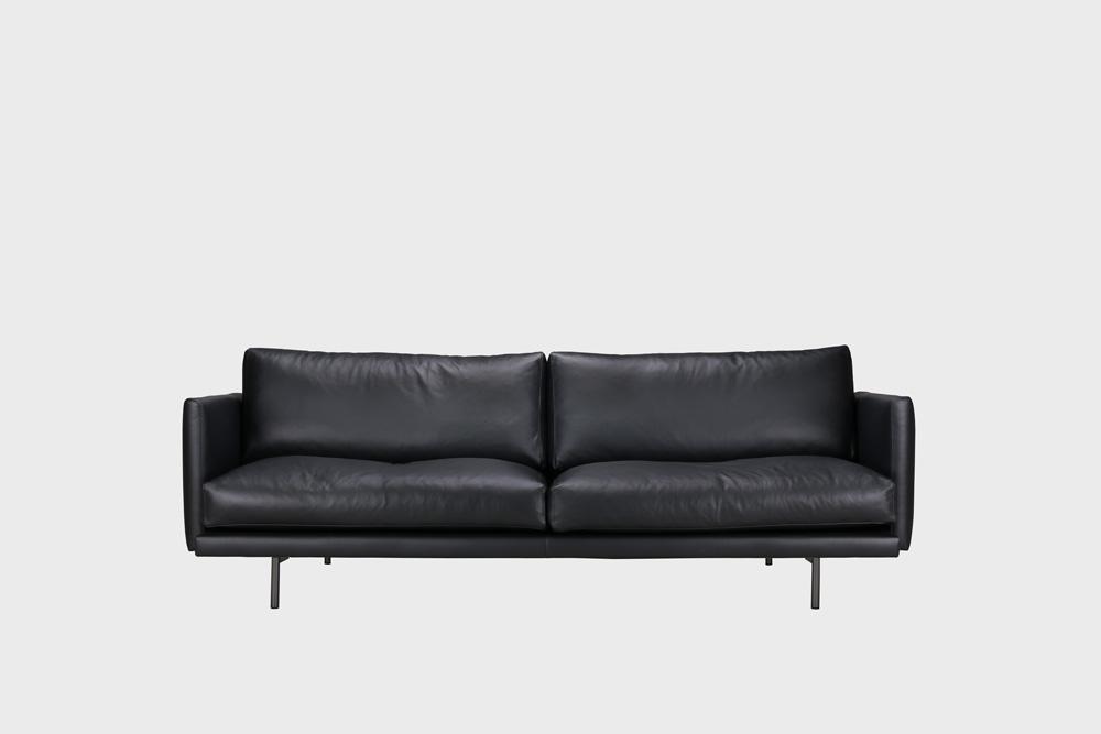 Kolmenistuttava Lazy Fine Leather -nahkasohva mustalla nahalla ja metallijaloilla.