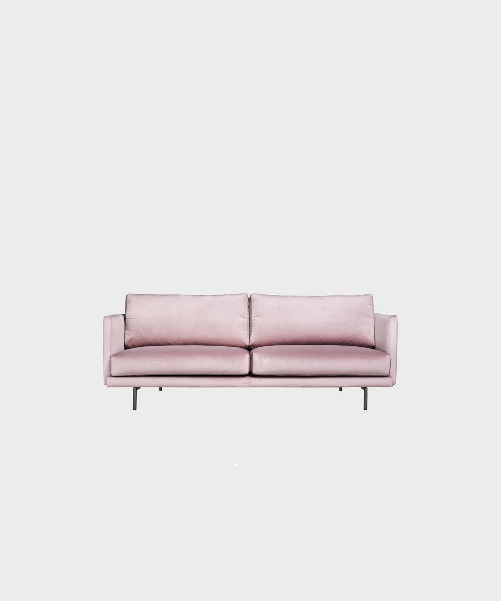 Pieni Lazy-sohva vaaleanpunaisella Musone-sametilla ja metallijalalla.