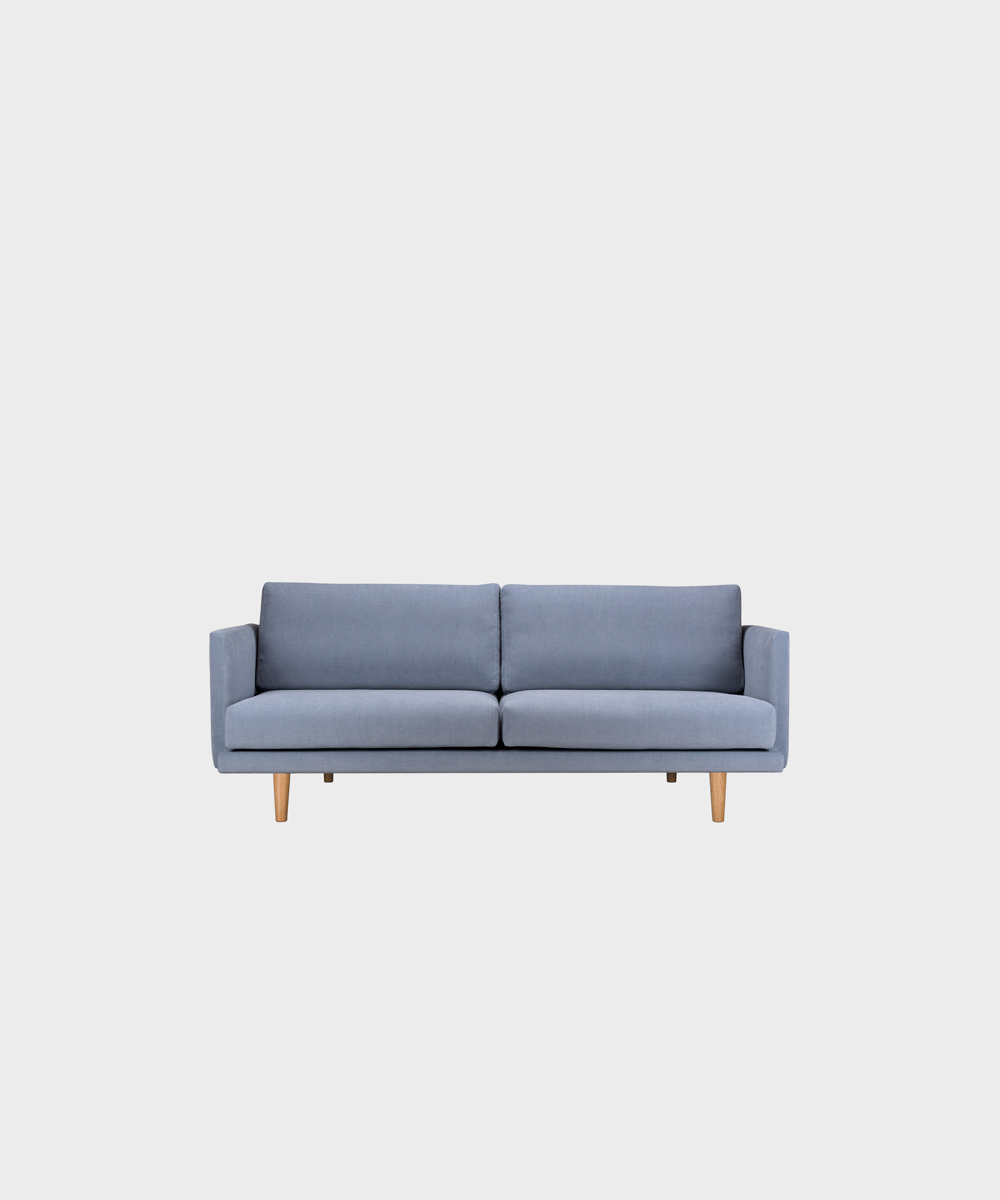 Pieni Lazy-sohva vaaleansinisellä Soft-kankaalla ja tammijalalla.