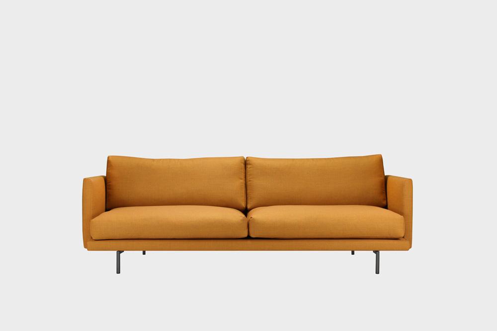 Lazy Wool -sohva okran värisellä Canvas-kankaalla ja metallijalalla.