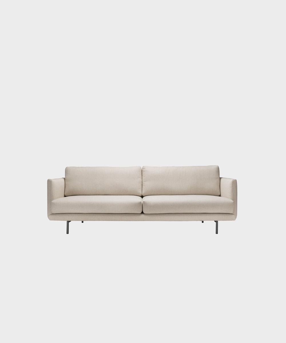 Kolmenistuttava Lazy-sohva hiekan värisellä Florist-kankaalla ja metallijalalla.