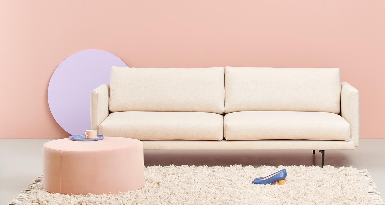 Valkoinen Lazy-sohva ja vaaleanpunainen Moon-rahi
