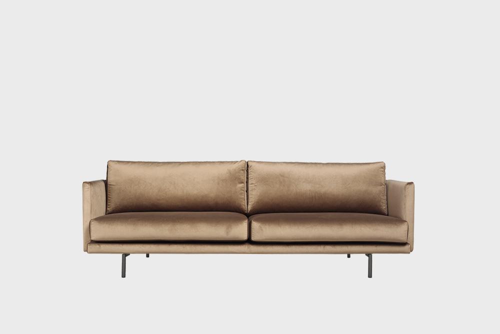 Lazy Velvet -sohva harmaanruskealla Musone-kankaalla ja metallijalalla.
