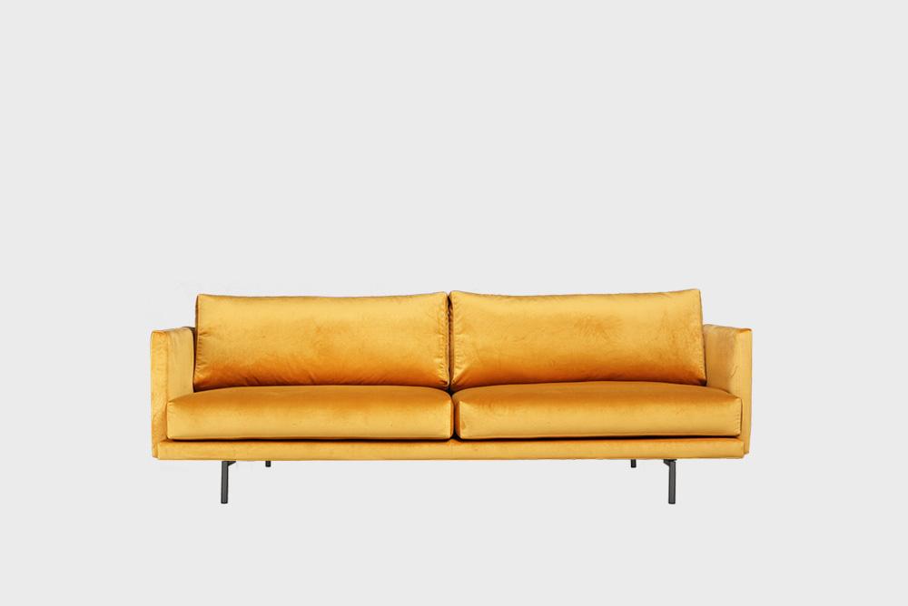 Lazy Velvet -sohva okran värisellä Musone-kankaalla ja metallijalalla.