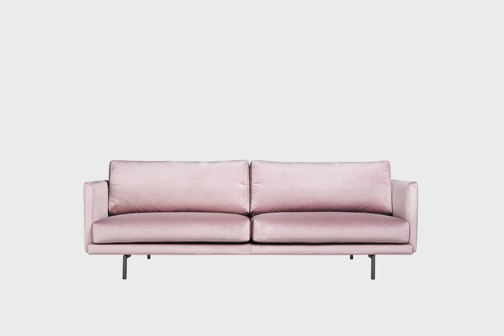 Lazy Velvet -sohva vaaleanpunaisella Musone-kankaalla ja metallijalalla.