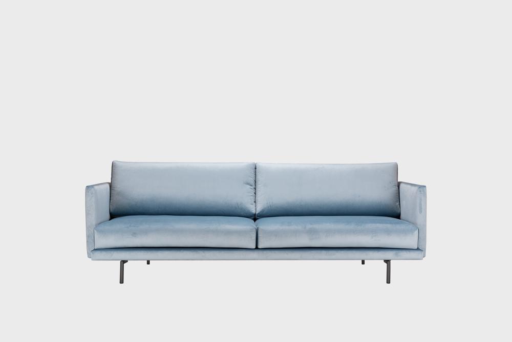 Lazy Velvet -sohva vaaleansinisellä Musone-kankaalla ja metallijalalla.