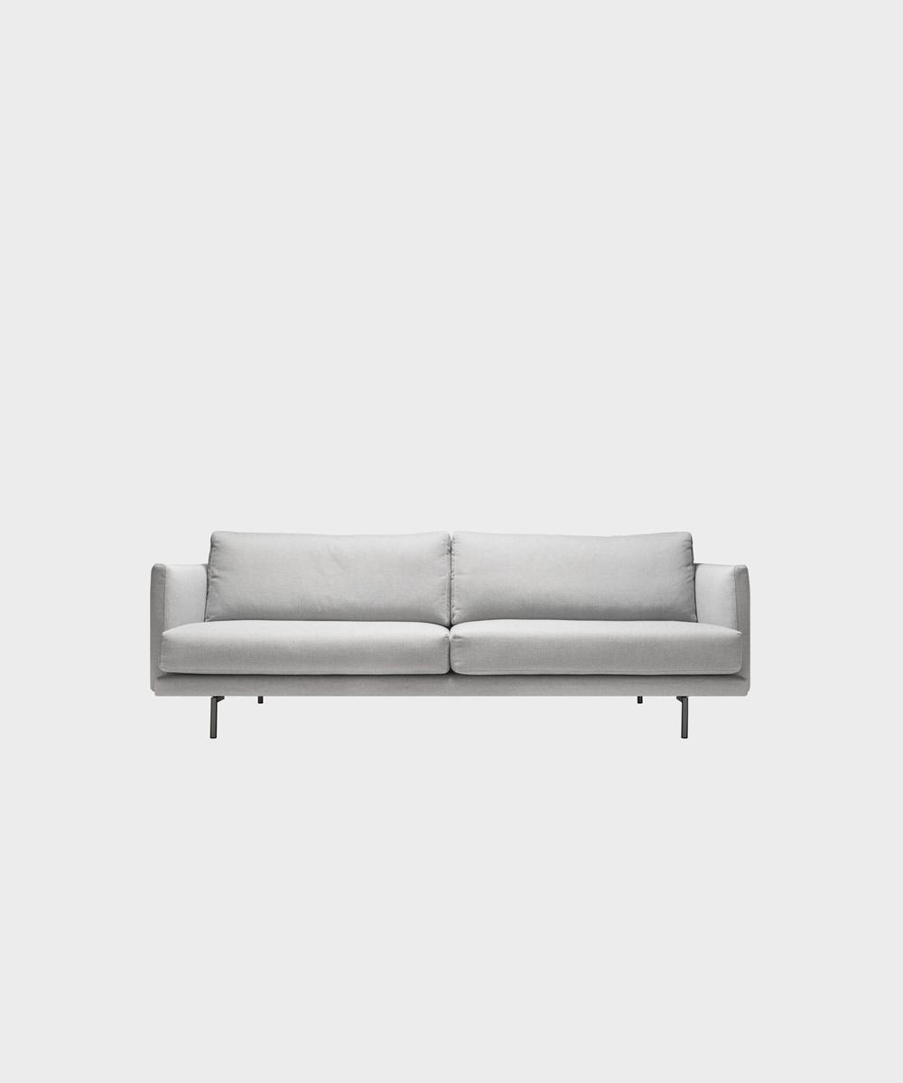 Kolmenistuttava Lazy-sohva vaaleanharmaalla Florist-kankaalla ja metallijalalla.