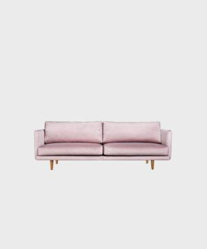 Kolmenistuttava Lazy-sohva vaaleanpunaisella Musone-sametilla ja tammijalalla.