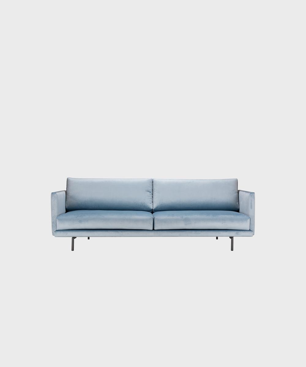 Kolmenistuttava Lazy-sohva vaaleansinisellä Musone-sametilla ja metallijalalla.