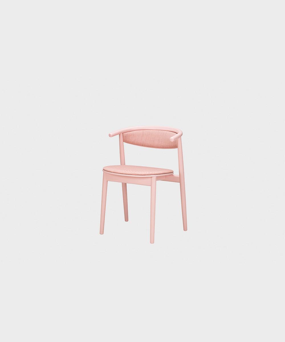 Vaaleanpunainen verhoiltu Mama-tuoli käsinojilla.