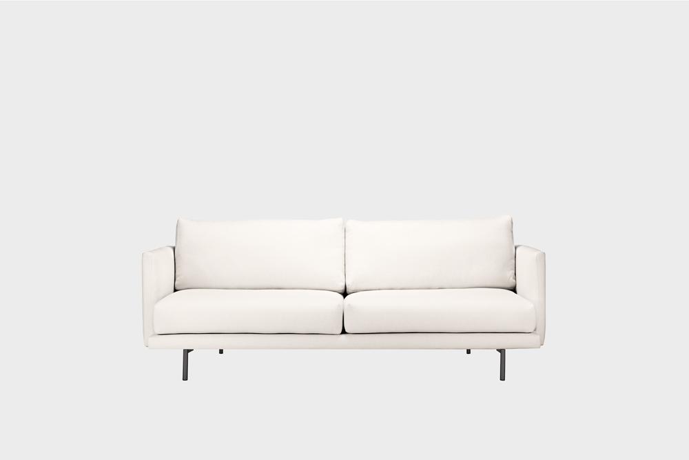 Pieni Lazy-sohva kitin värisellä Florist-kankaalla ja metallijalalla.
