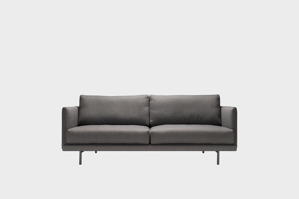 Pieni Lazy-sohva tummanharmaalla Florist-kankaalla ja metallijalalla.