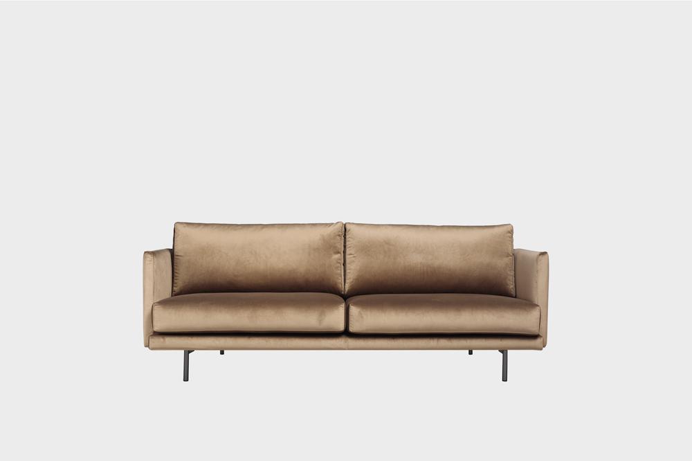 Pieni Lazy-sohva harmaanruskealla Musone-kankaalla ja metallijalalla.