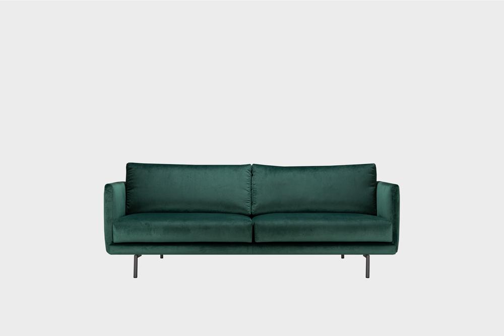 Pieni Lazy-sohva tummanvihreällä Musone-kankaalla ja metallijalalla.