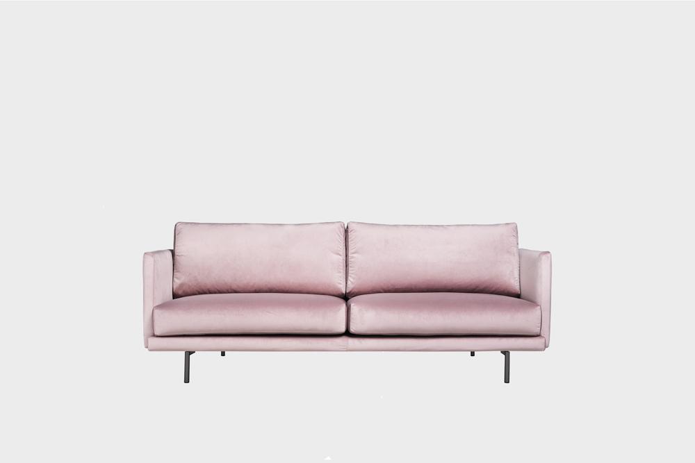 Pieni Lazy-sohva vaaleanpunaisella Musone-kankaalla ja metallijalalla.