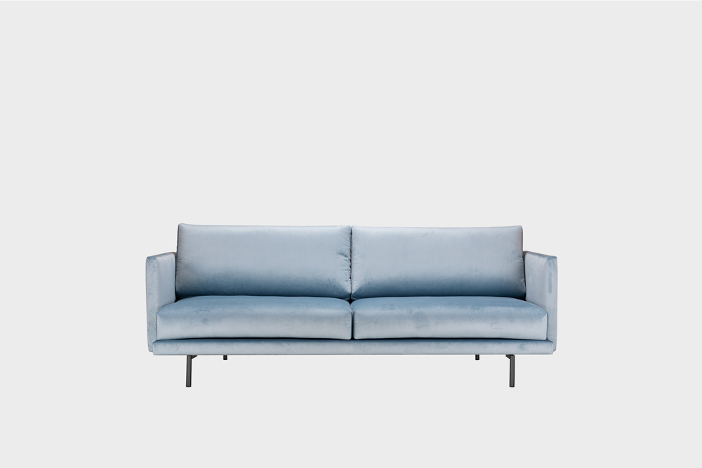 Pieni Lazy-sohva vaaleansinisellä Musone-kankaalla ja metallijalalla.