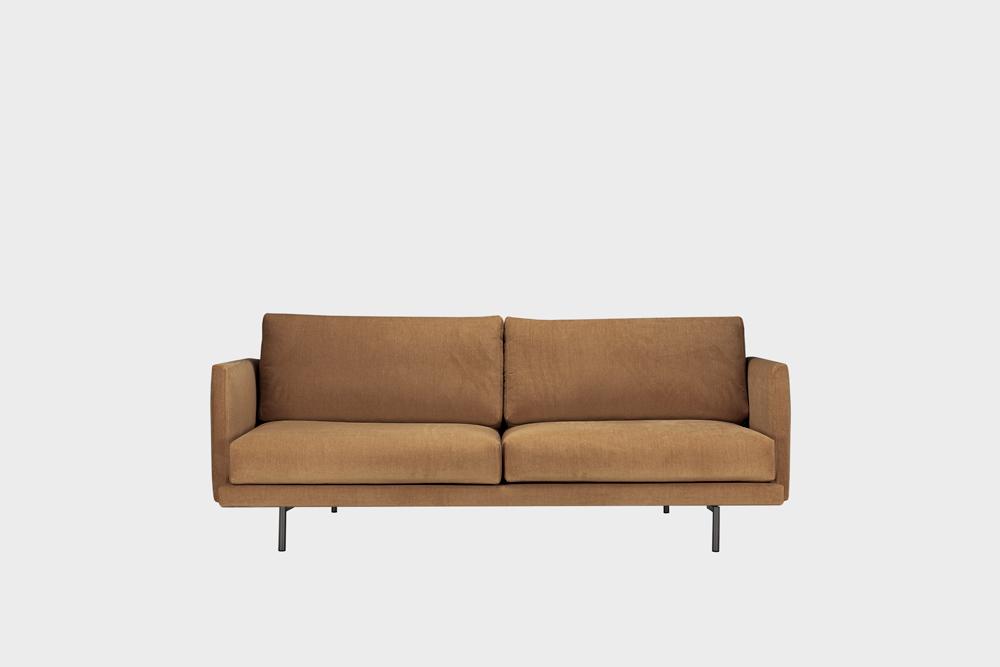 Pieni Lazy-sohva kamelin värisellä Soft-kankaalla ja metallijalalla.