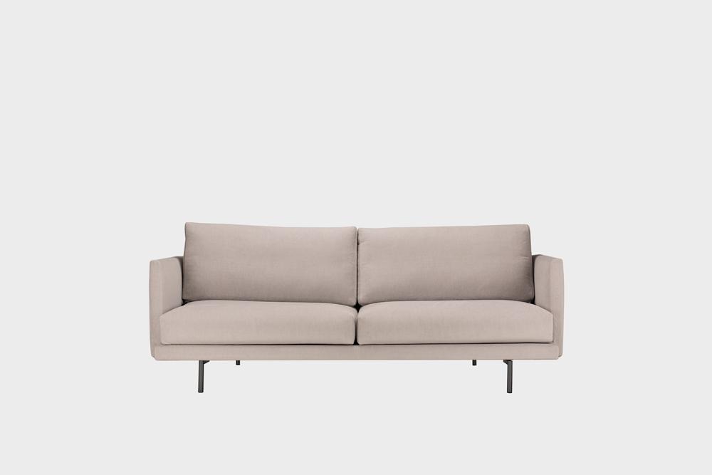 Pieni Lazy-sohva laten värisellä Soft-kankaalla ja metallijalalla.