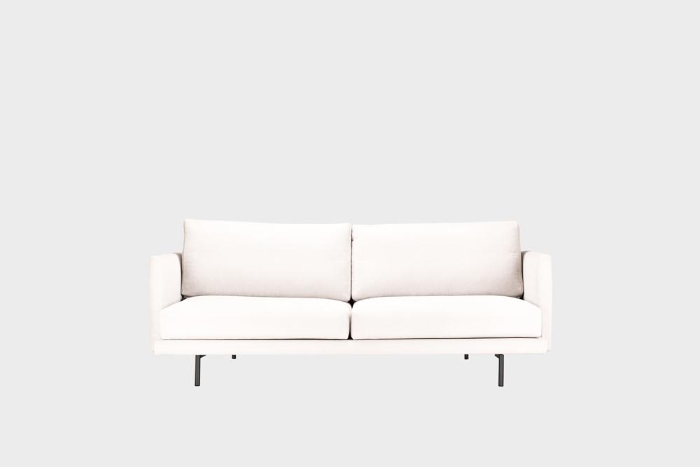 Pieni Lazy-sohva luonnonvalkoisella Soft-kankaalla ja metallijalalla.