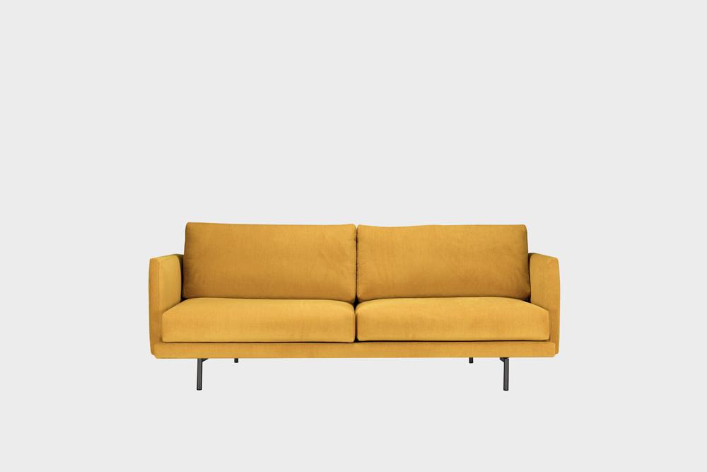 Pieni Lazy-sohva okran värisellä Soft-kankaalla ja metallijalalla.